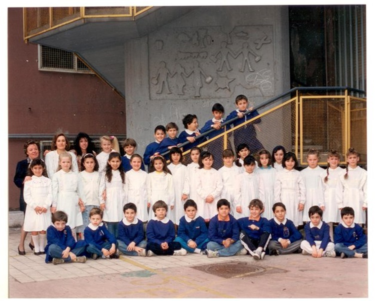 Eva María (top row, third fromthe left) with classmates and teachers in Italy.
