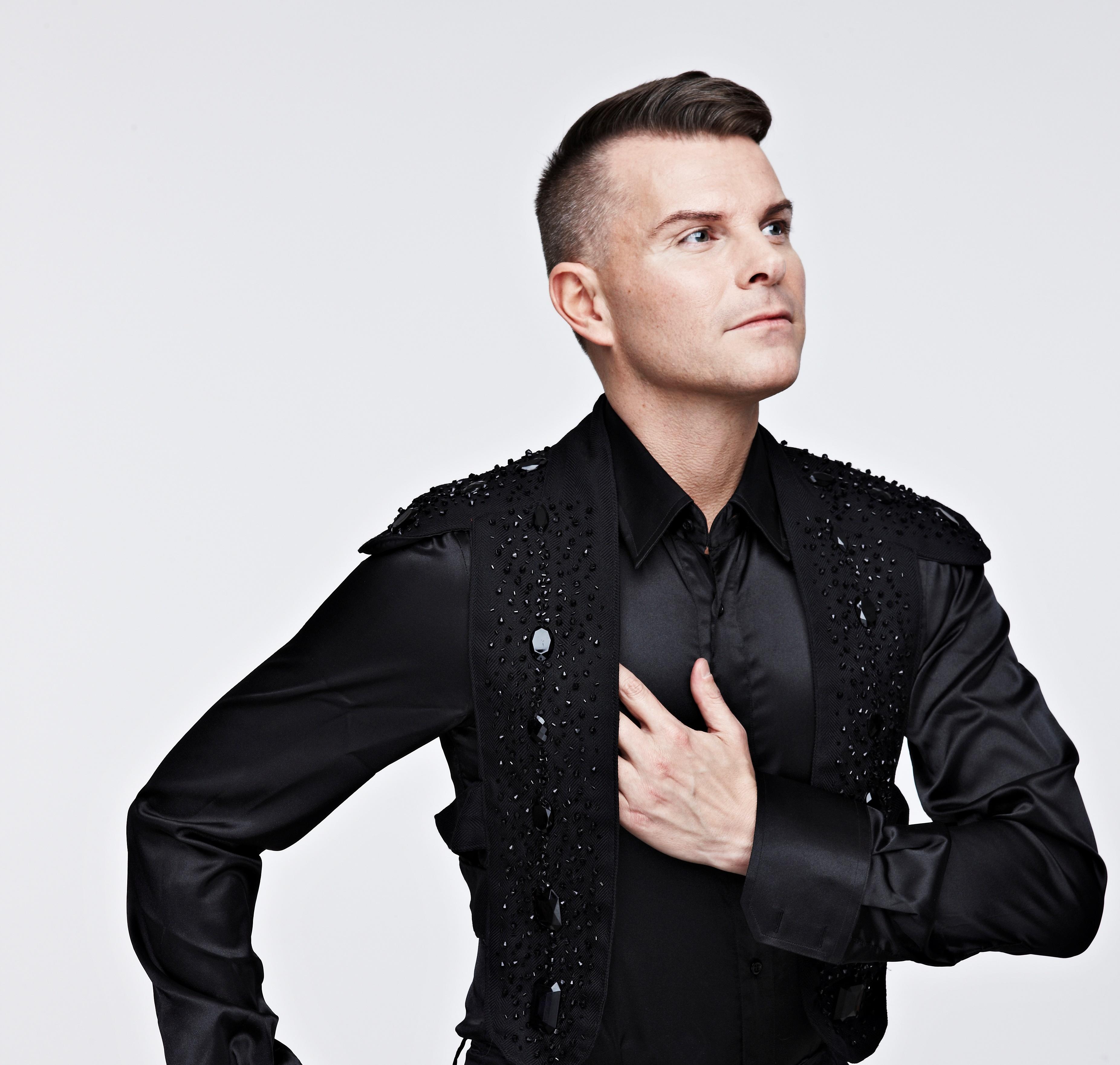 Páll Óskar in black clothes